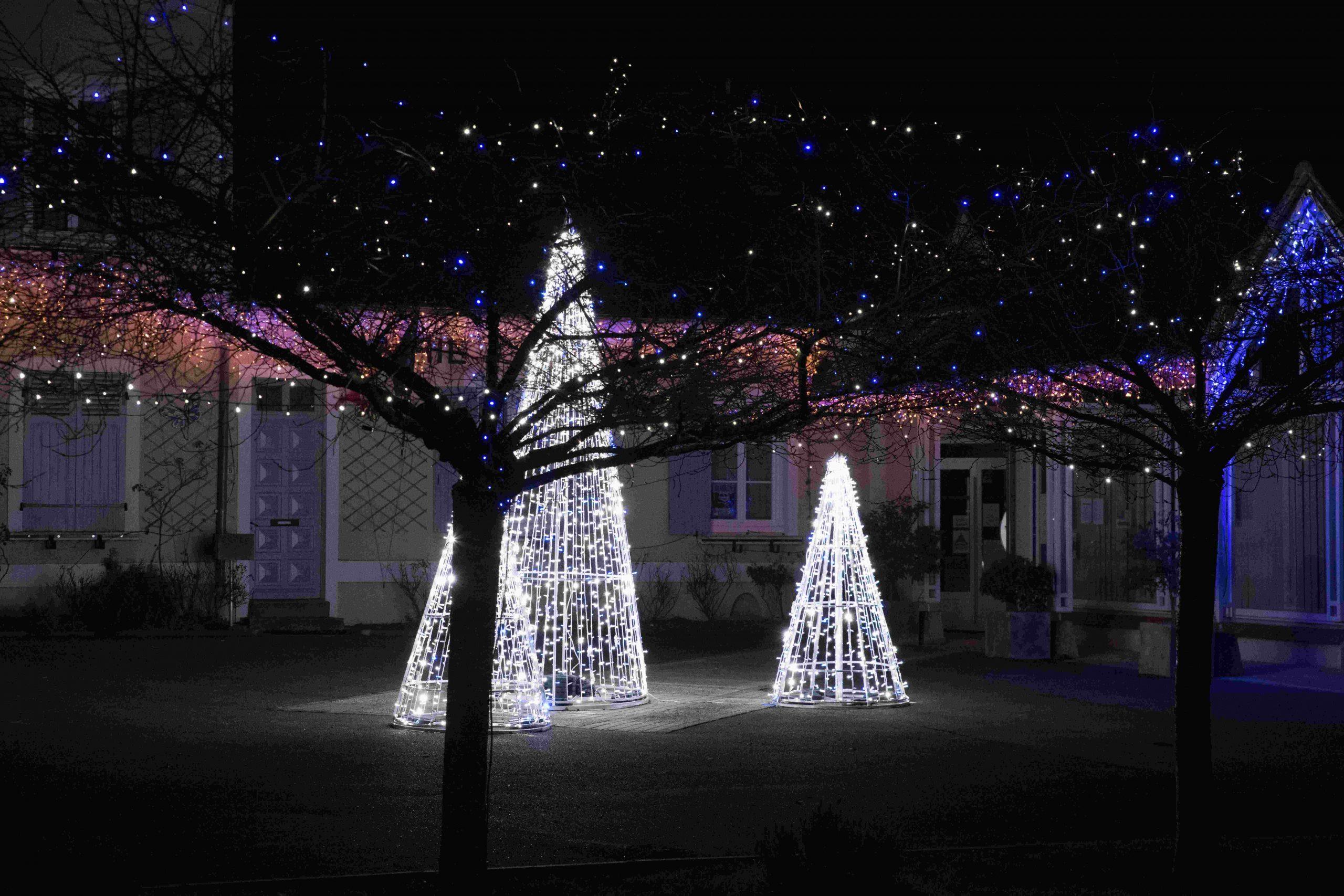 Illuminations & sapins - Mairie de Ponthévrard