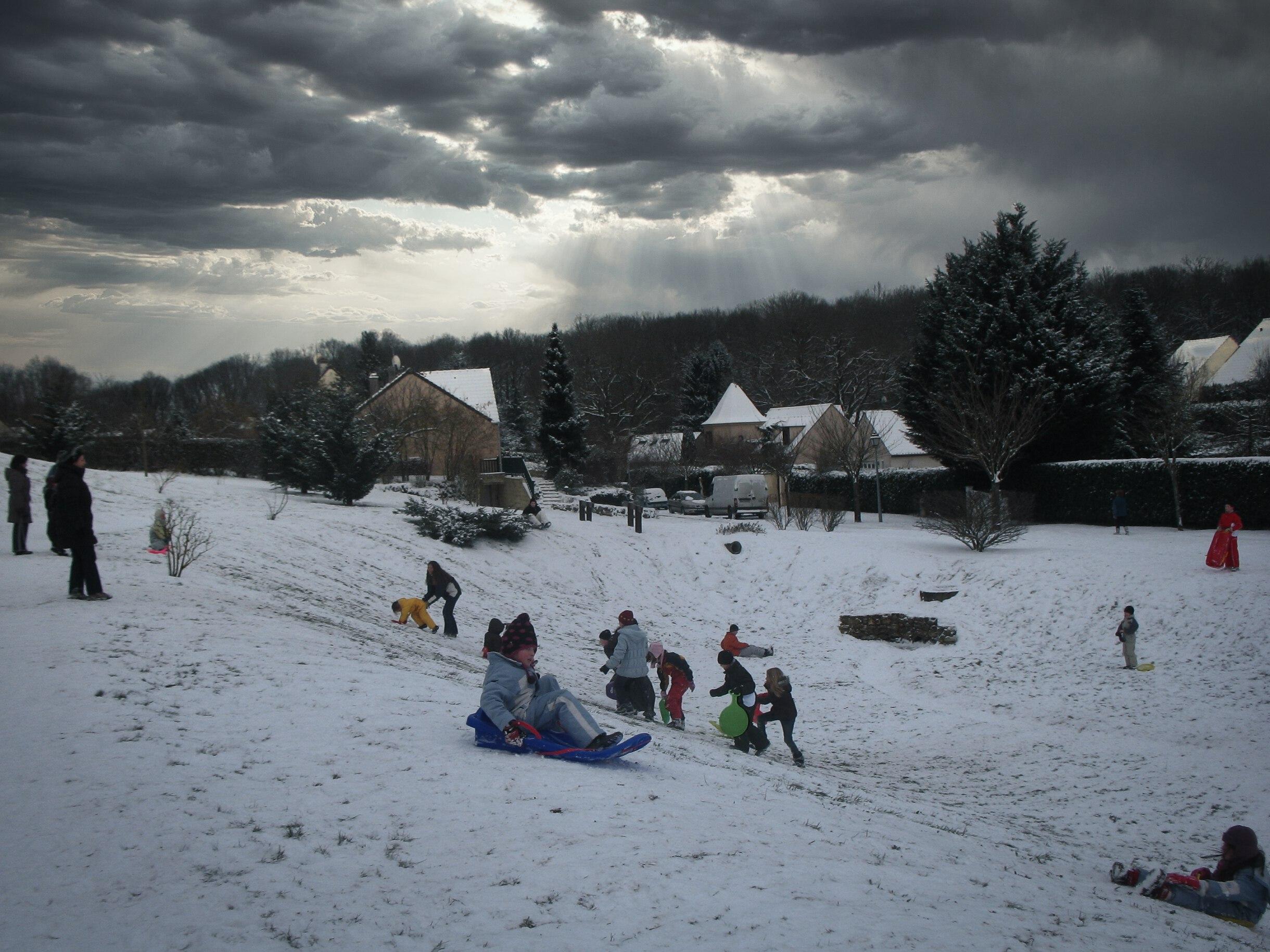 Enfants qui s'amusent dans la neige