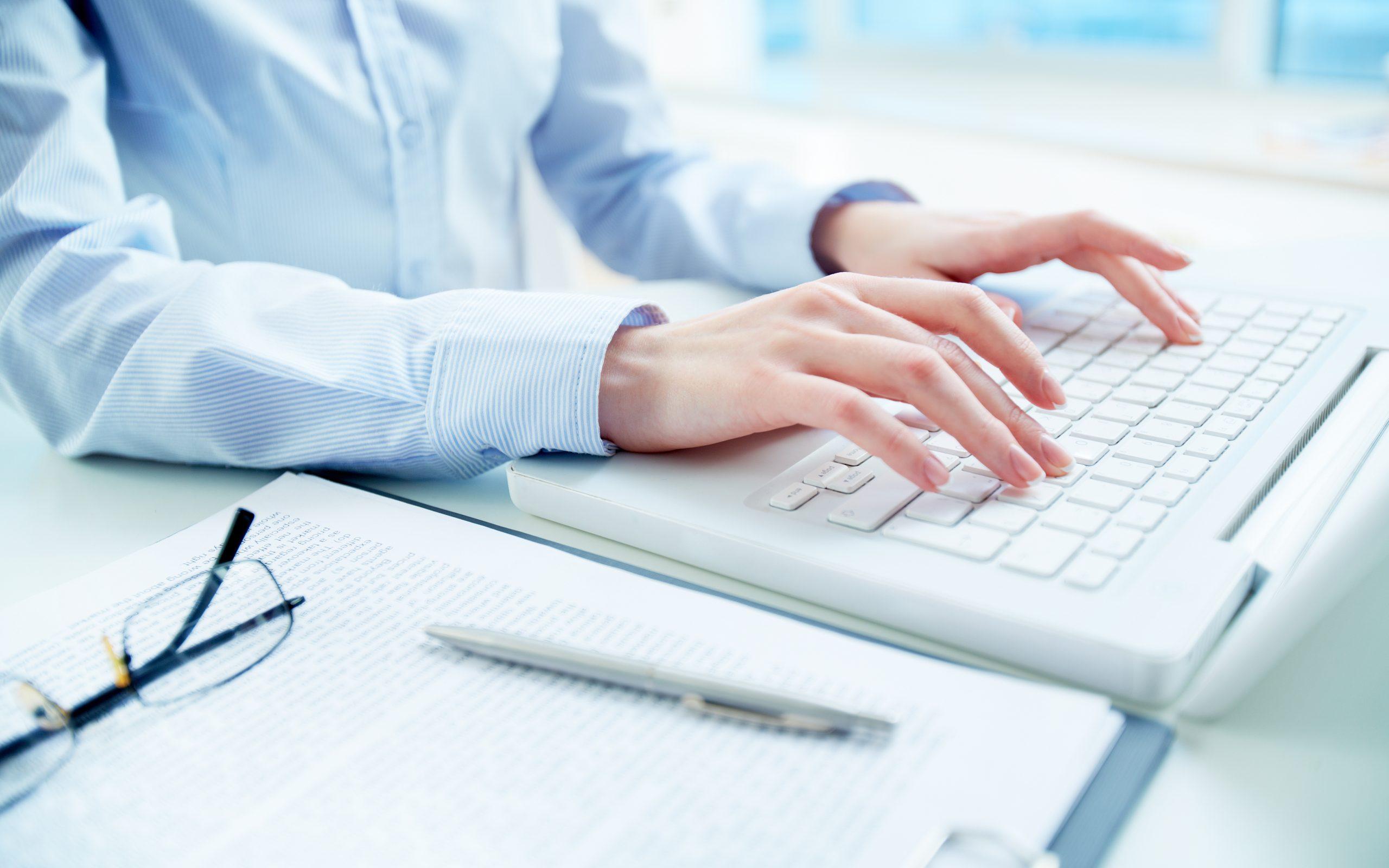 Homme qui tape sur son clavier d'ordinateur