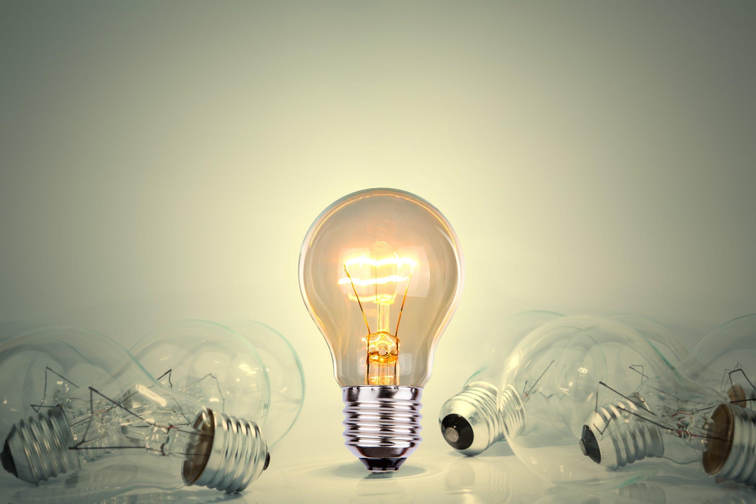 Ampoule allumée parmi d'autres