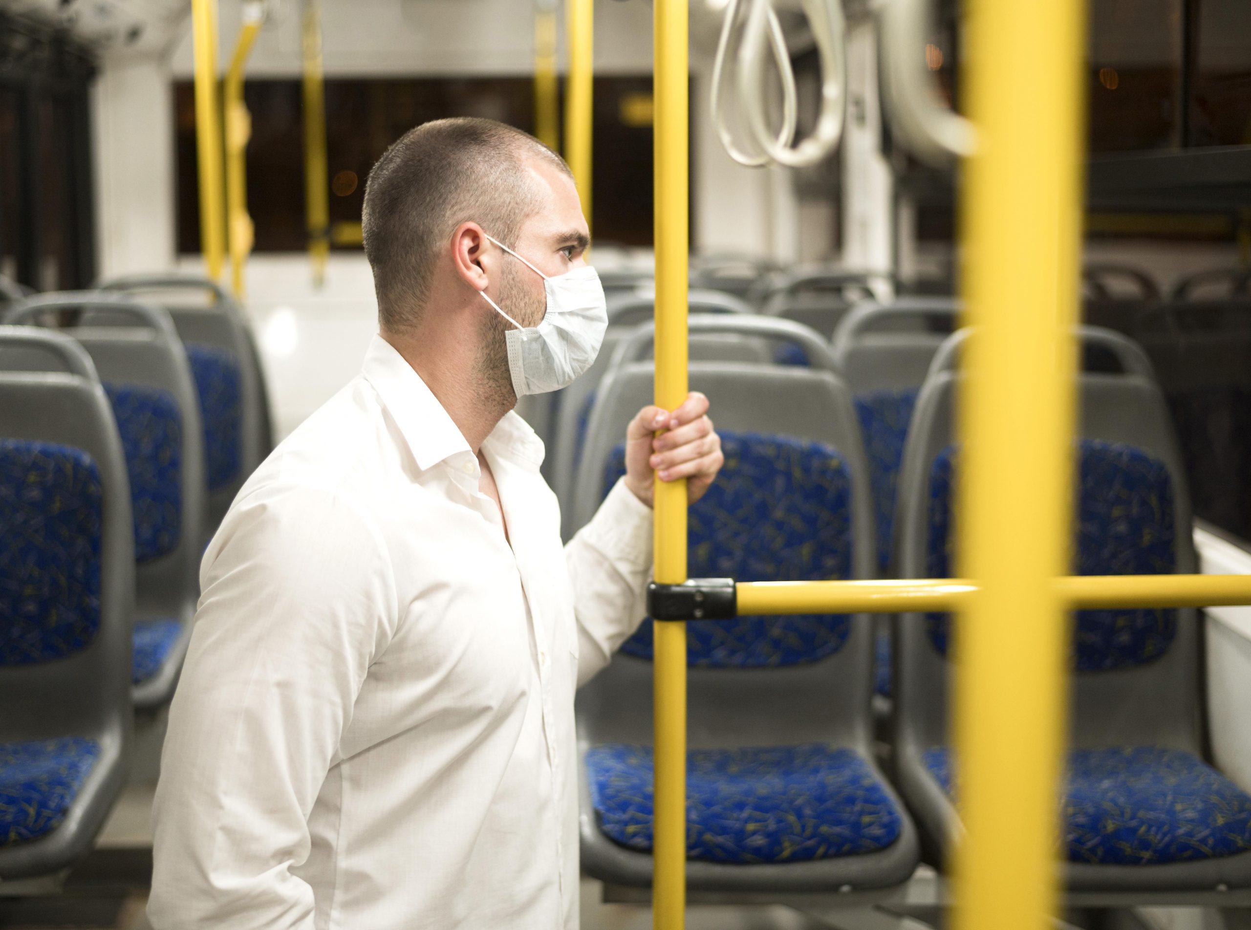 Homme dans le bus