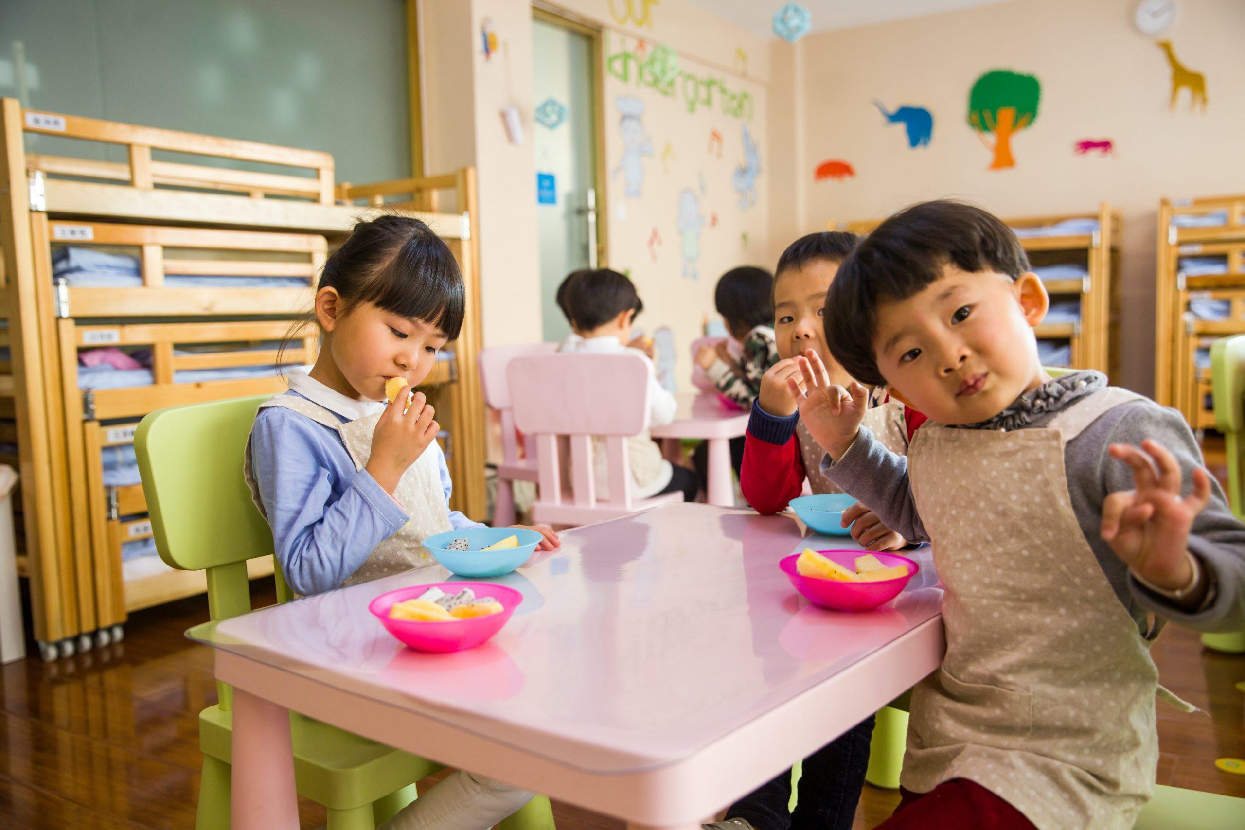 fille mange chocolat ponthévrard